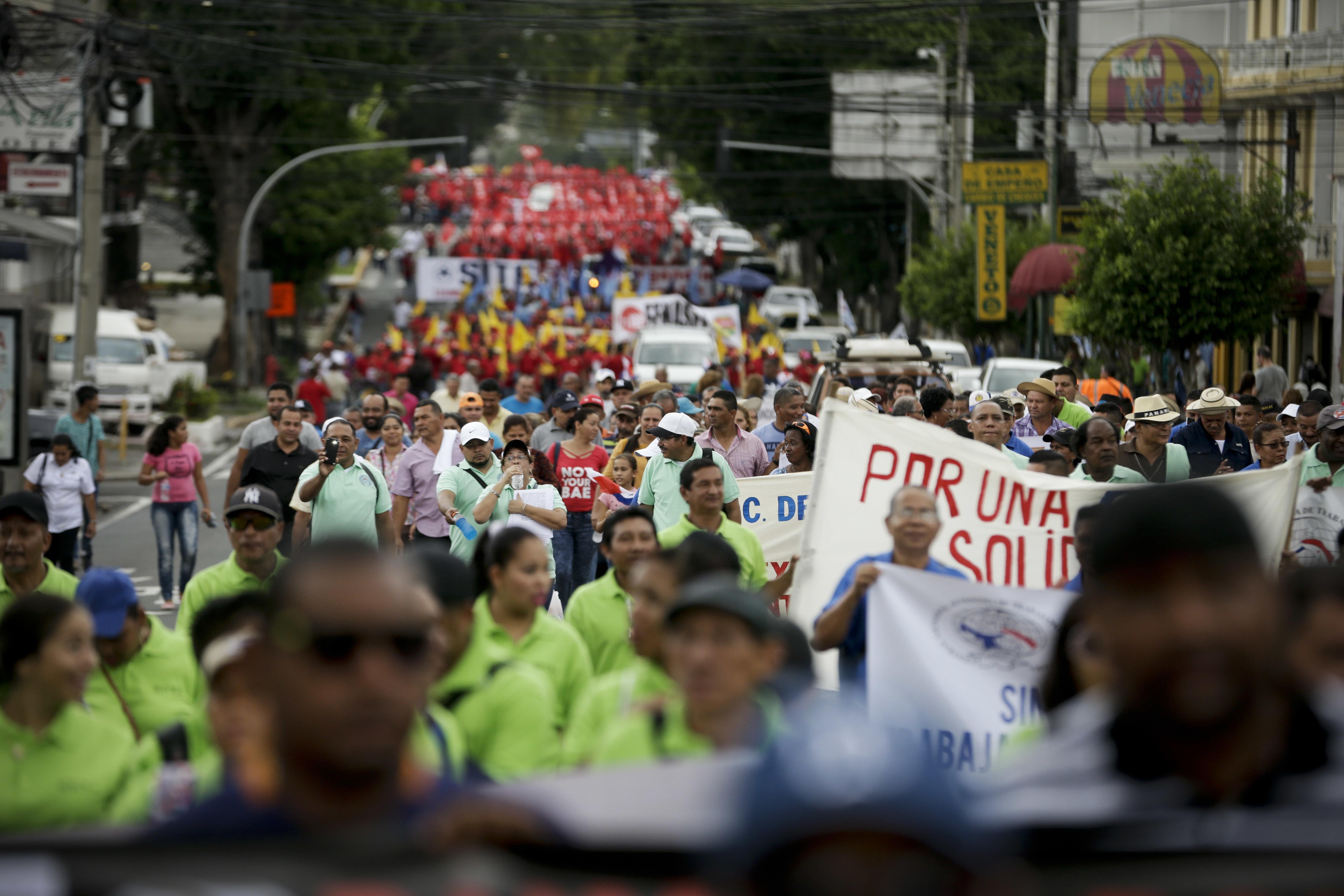 Obreros panameños reclaman salarios el día del trabajador - Colombia