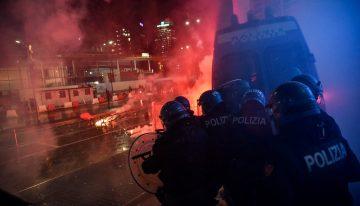 Italianos protestan contra restricciones por rebrotes de Covid-19